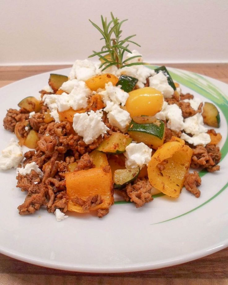 This minced meat pan with vegetables and feta cheese is healthy, low carb and cold ...